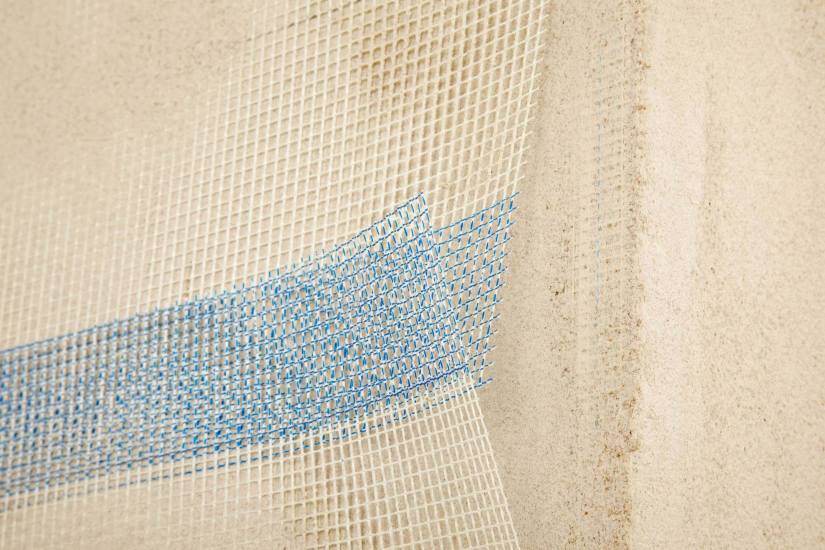 Ein Armierungsputz ist eine Putzschicht mit eingebettetem Armierungsgewebe. Foto: Knauf
