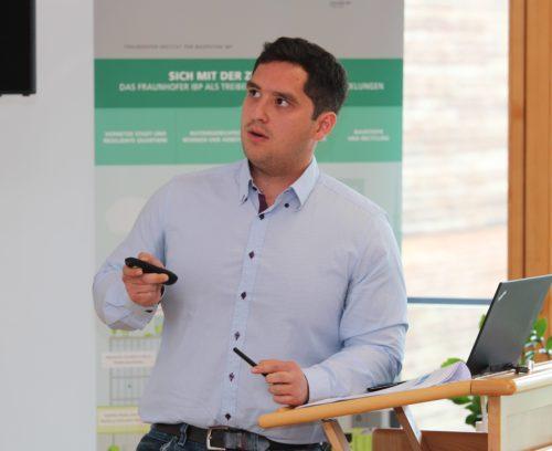 Doktorand Pablo Vega Garcia während seines Vortrags in Holzkirchen. Foto: Fraunhofer IBP / Christoph Schwitalla