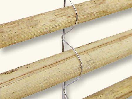 Der Bindedraht ist um die einzelnen Halme und den Spanndraht gewickelt. Foto: Hiss Reet