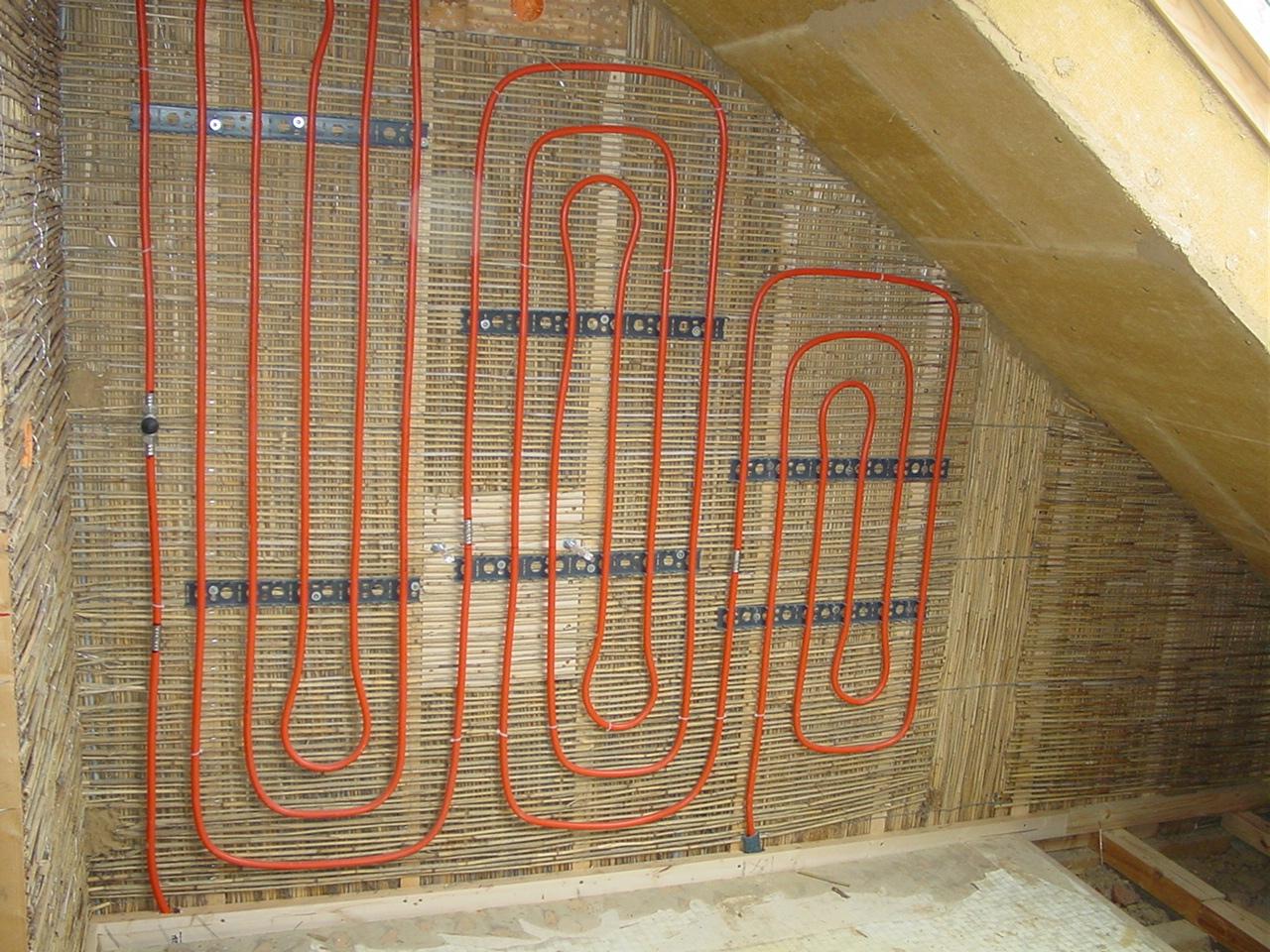 Fertig zum Verputzen: An die Wand getackerte Schilfrohrmatten mit zusätzlichen Heizschlaufen. Foto: Hiss Reet
