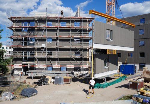Die Tragwerkskonstruktion in Adlershof kombiniert Holz mit Stahlbetonfertigteilen für die Decken sowie den Treppenkern. Foto: Brüninghoff
