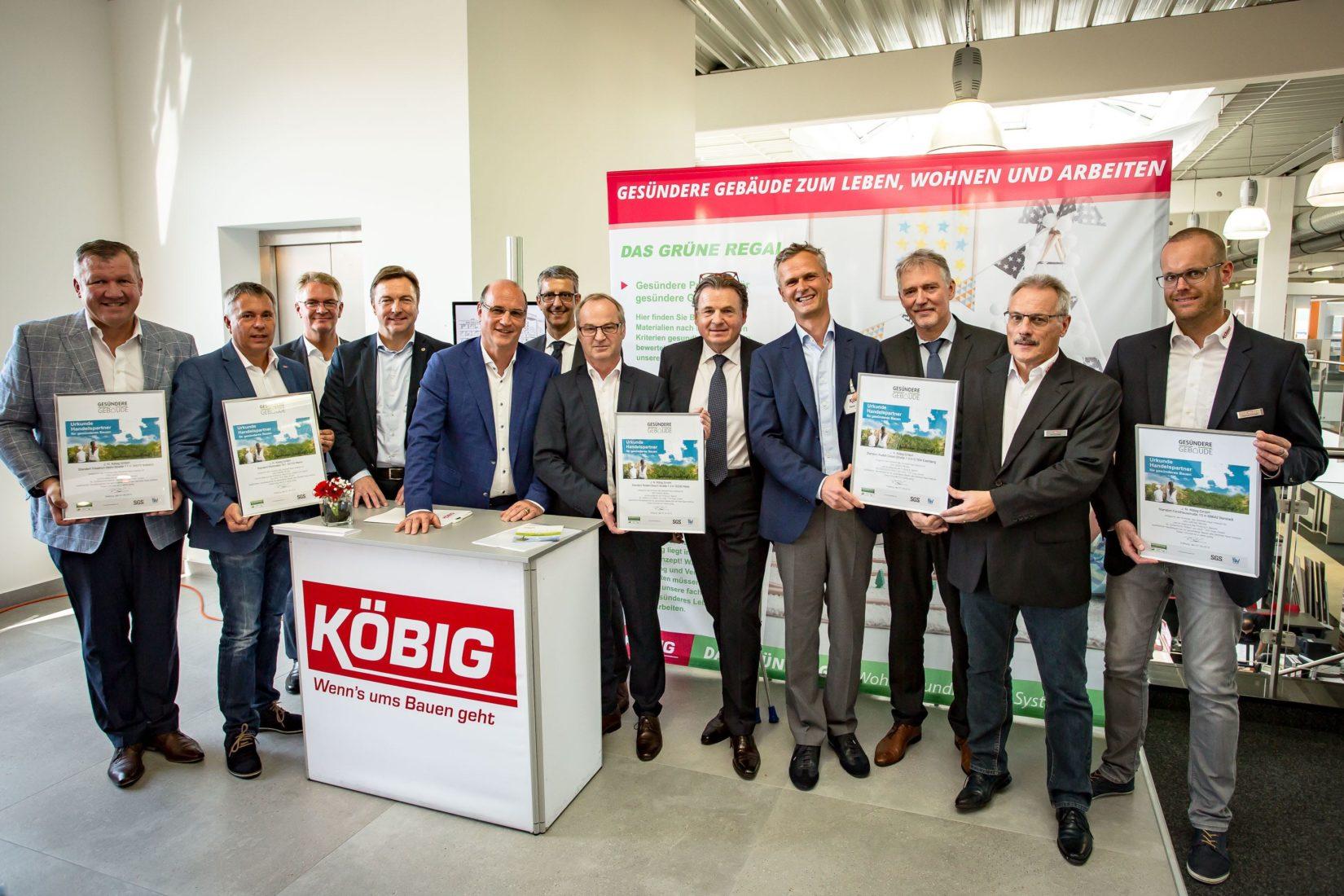 """Fünf Köbig-Standorte erhielten eine Urkunde als """"qualifizierter Handelspartner für gesünderes Bauen"""". Foto: Köbig/ Bertram"""