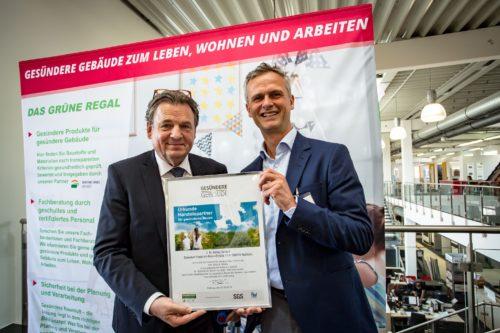 Sentinel-Geschäftsführer Peter Bachmann (r.) überreicht ein Zertifikat an Gerhard Menzel, Geschäftsführer Baustoffe bei Köbig. Foto: Köbig / Bertram