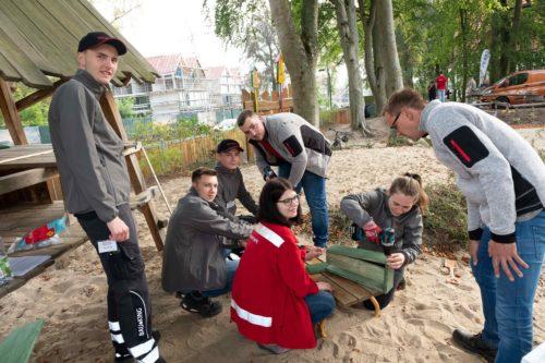 """In der Kita """"Zum Tannenwald"""" brachten die Teilnehmer unter anderem den Spielplatz auf Vordermann."""