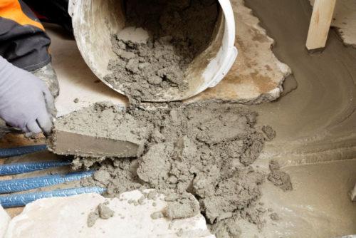 Standfeste Ausgleichsmasse (Reparaturmörtel) für die Sanierung von Betonuntergründen und Zementestrichen. Foto: PCI