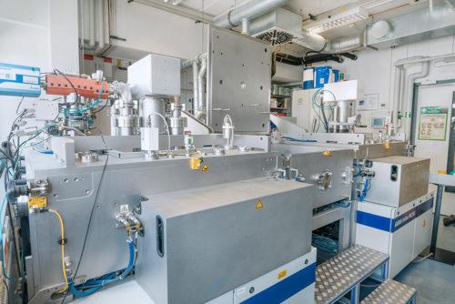 Beschichtungsanlage am Fraunhofer IKTS: Diese Maschine bringt die verschiedenen Solarzell-Schichten auf das Gewebe auf.