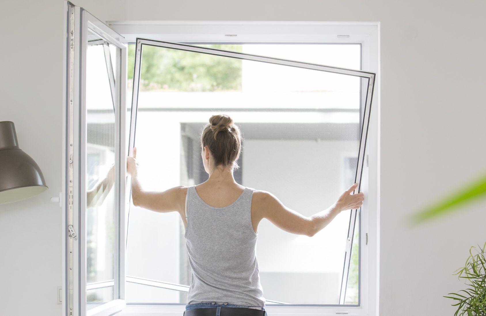 Abschirmgitter lassen sich mithilfe eines Spannrahmens einfach in die Fensterlaibung einbauen. Foto: Neher Systeme