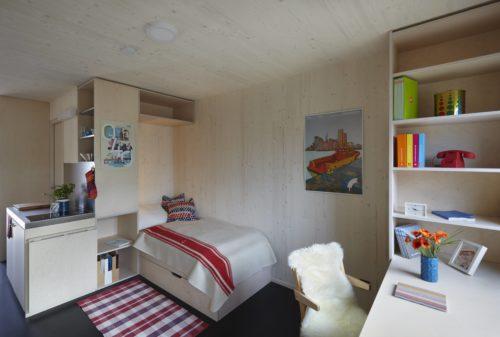 """Hochwertige Module: Die Wände der gestapelten Wohnraumzellen im """"Woodie"""" bestehen aus massivem Holz. Foto: www.woodie.hamburg"""