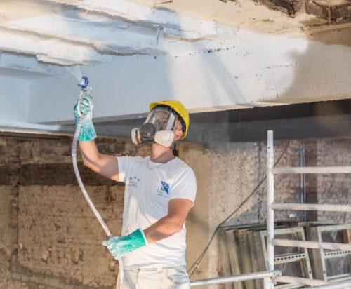 Brandschutzbeschichtungen (hier für Beton) lassen sich per Airless-Spritzverfahren zeitsparend auftragen. Foto: Sika Deutschland GmbH