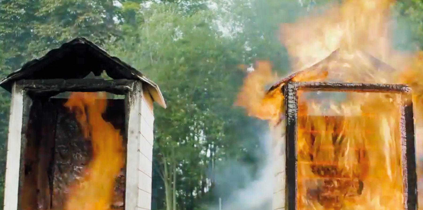 Holz im Brandversuch: Rechts wurden ungeschützte Oberflächen verbaut, links kamen Brandschutzbeschichtungen zum Einsatz. Foto: Sika