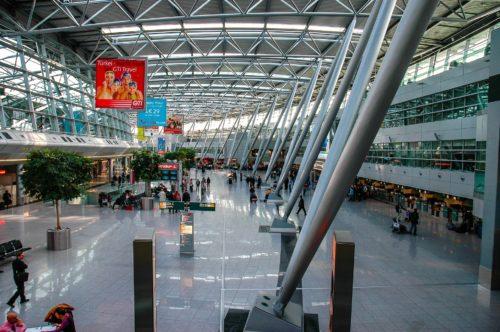 """Die Innenfassade der Haupthalle am Düsseldorfer Flughafen wurde mit der F-Verglasung """"Pyrostop"""" von Pilkington realisiert. Foto: Pixabay"""