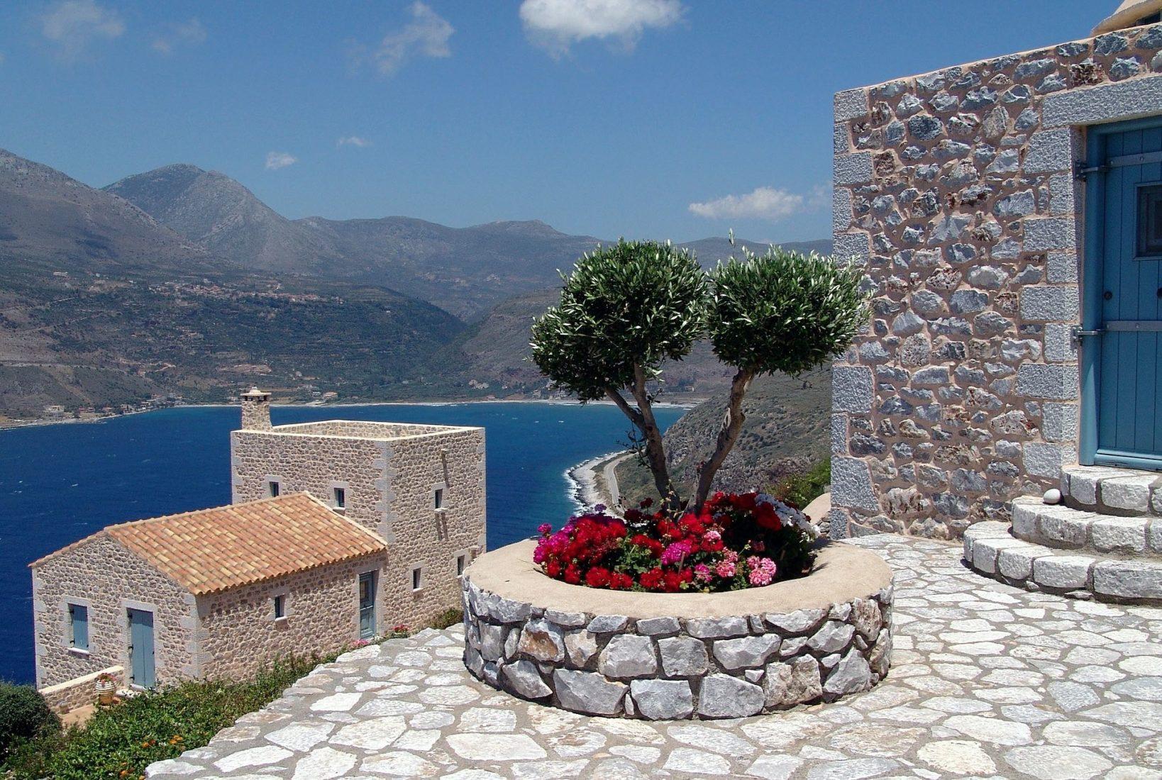 Griechisches Idyll: Natursteine im Terrassen-, Beet- und Treppenbereich sowie an der Fassade. Foto: Pixabay