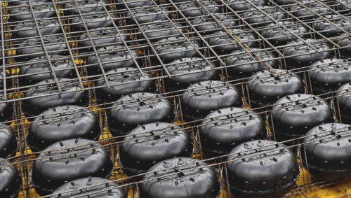 Die Hohlkörper werden vor dem Einbetonieren mit Verbindungslaschen an den Stahlmatten fixiert. Foto: Heinze Cobiax Deutschland GmbH