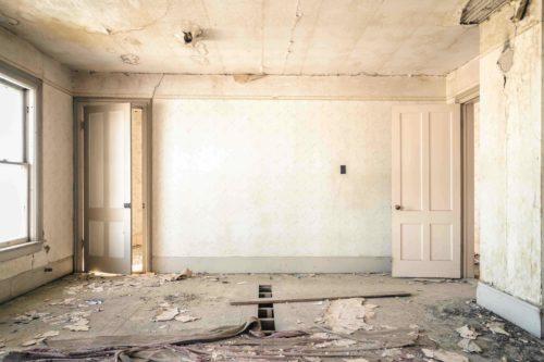 In Bestandgebäuden steckt Asbest zum Beispiel noch häufig in Putzen und Spachtelmassen. Foto: Unsplash/ Nolan Issac