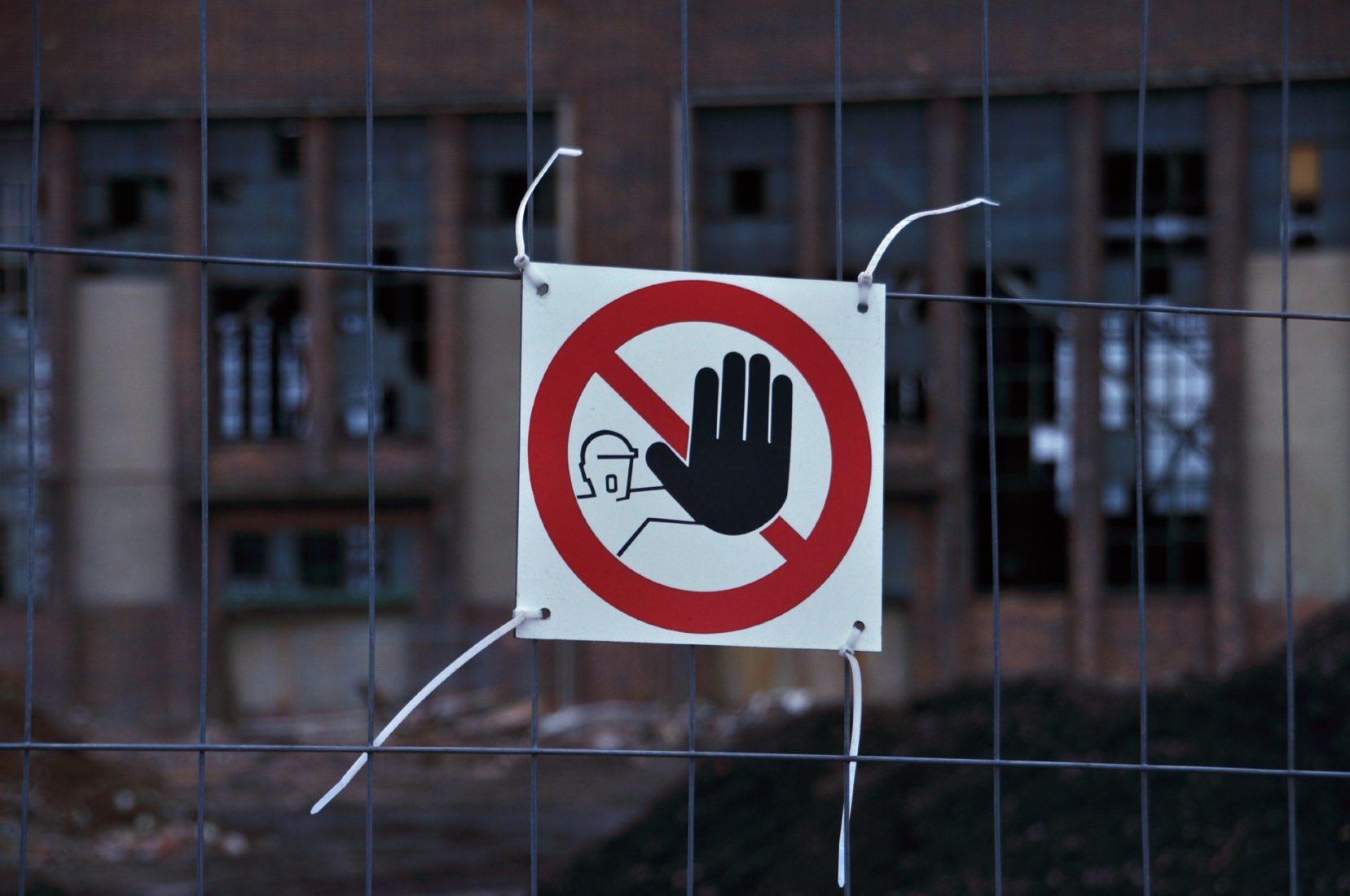 Bei Asbestgefahr sind Sanierungen nur unter aufwändigen Schutzvorkehrungen erlaubt. Foto: Jan Tornack / pixelio.de