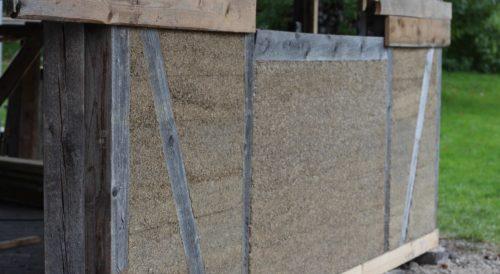 Hanfkalk dient oft zur Ausmauerung der Gefache eines lastabtragenden Holzständerwerks. Foto: www.hanfundkalk.de