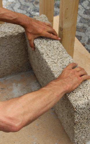 Mittlerweile gibt es auch vorgefertigte Hanfkalk-Steine. Foto: www.hanfingenieur.de