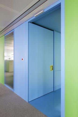 Die Türen gibt es in vielen Designs – passend zur Wandoberfläche. Foto: Schörghuber