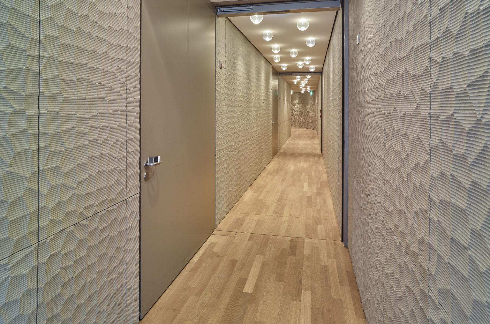 Geöffnete Nischentüren verschwinden flächenbündig in der Wand. Foto: Schörghuber
