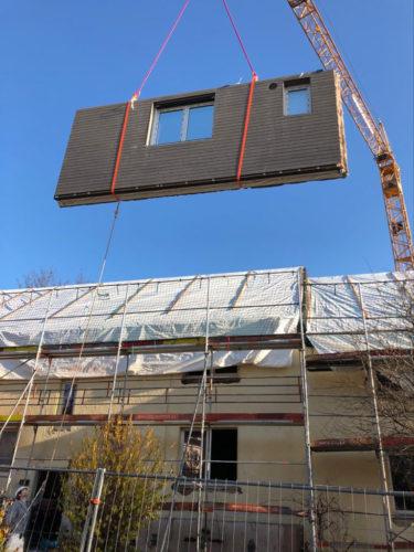 Die Fassadenteile mit Lärchenholz-Verschalung hat ein Holzbau-Unternehmen vorgefertigt. Foto: dena