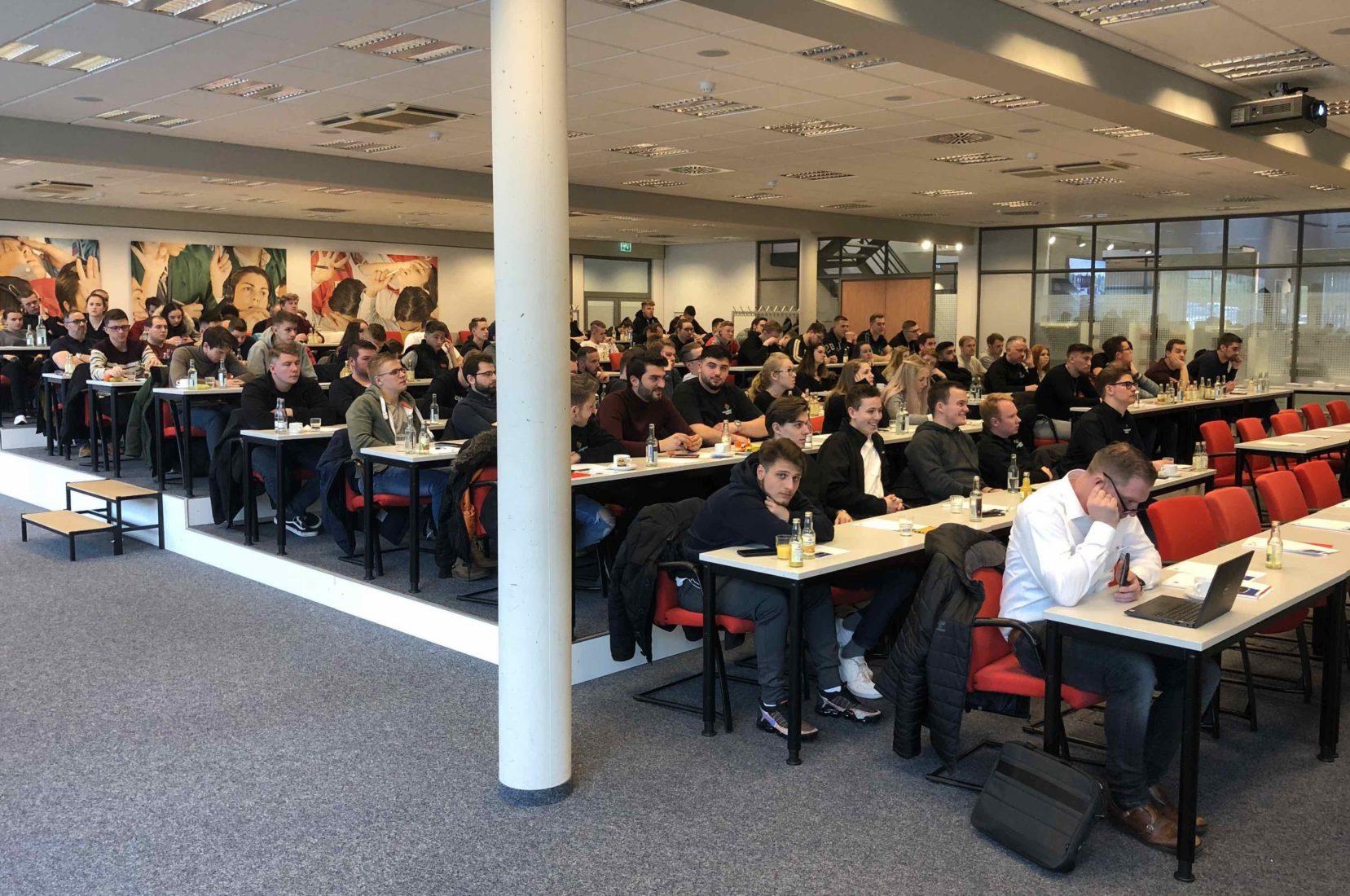 Bei ACO in Rendsburg konnte der Baustoffhandels-Nachwuchs viel dazulernen. Foto: Eurobaustoff