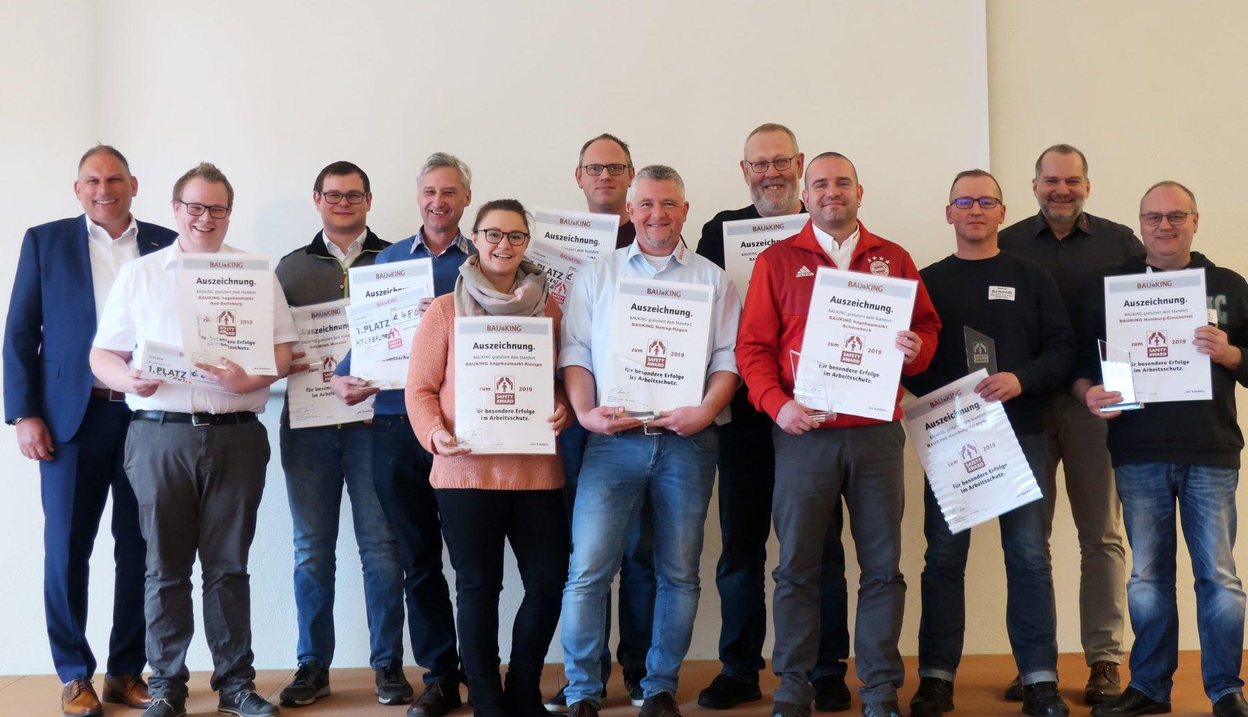 Den Safety Award übergaben Stefan Tessel (2.v.r) und Personaldirektor Marc-Oliver Windbacher (l.).