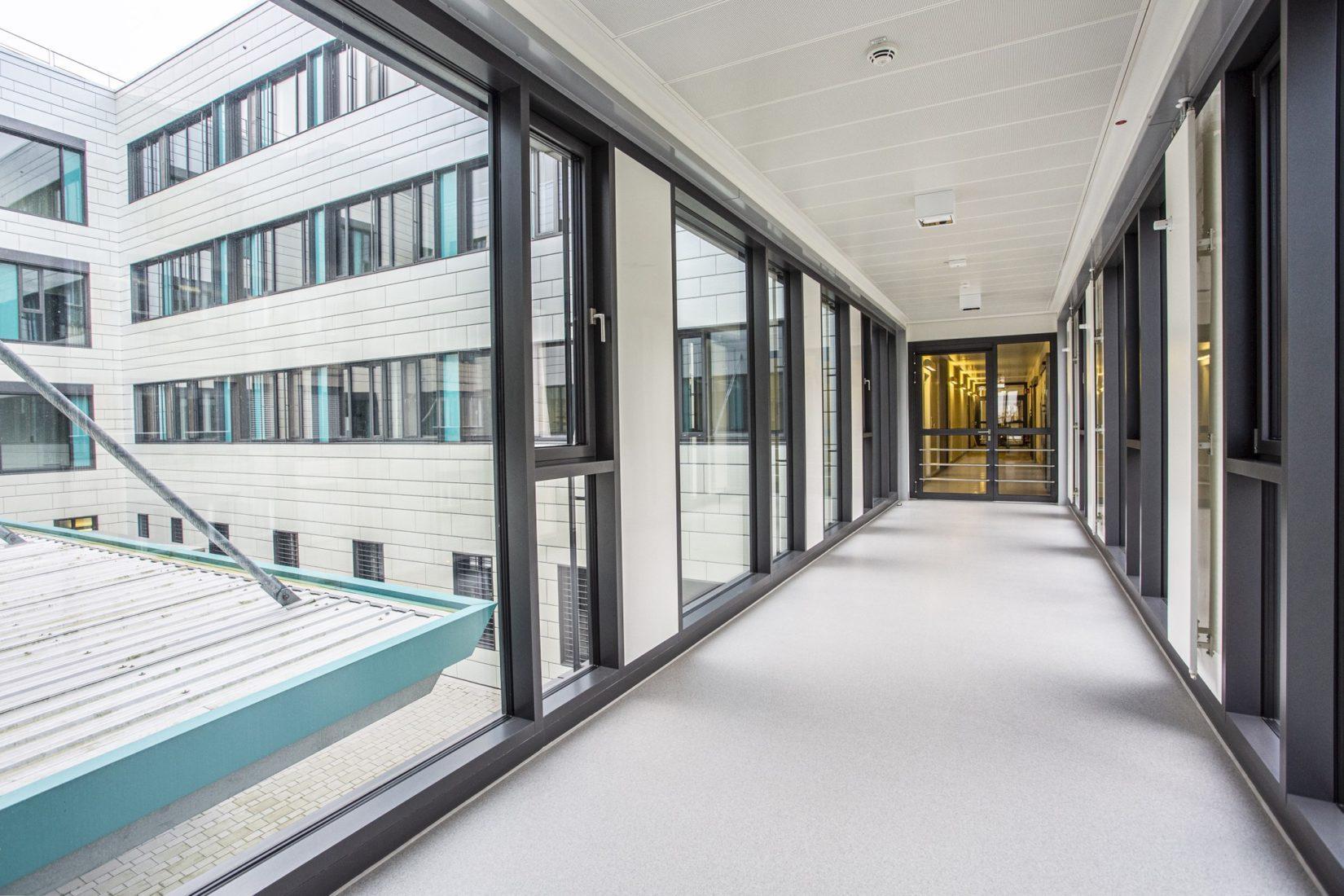 Bodenbeschichtung mit grauem Granitdesign in Gießener Kleintier-Klinik.   Foto: Sika Deutschland GmbH