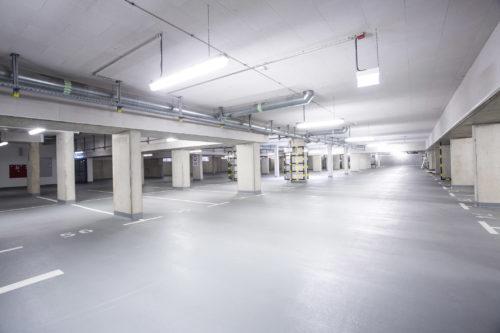 """In der Tiefgarage der Klinik kam das einschichtige """"Car-Deck""""-System auf Epoxidharzbasis zum Einsatz. Foto: Sika Deutschland GmbH"""