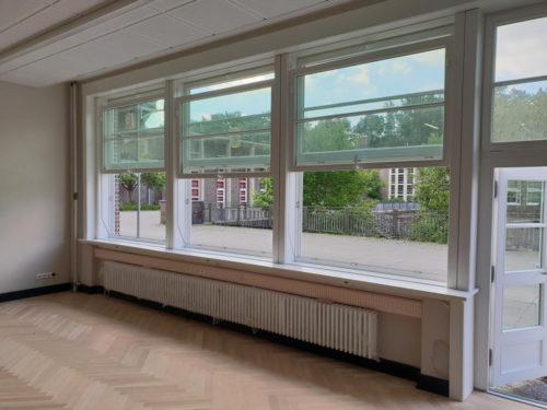 Historischer Nachbau: Neue Vertikal-Schiebefenster für das sanierte Walddörfer Gymnasium in Hamburg. Foto: Sorpetaler Fensterbau