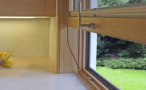 Die ausgeklügelte Führungstechnik dieses Vertikal-Schiebefensters befindet sich links und rechts in schmalen Futterkästen. Foto: Sorpetaler Fensterbau