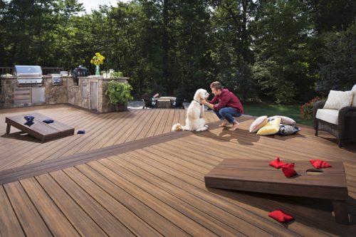 Die Kunststoffschicht ermöglicht authentisch wirkende Holznachahmungen. Foto: Trex