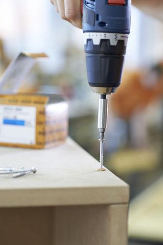 Für Möbel aus mitteldichten Holzfaserplatten gibt es spezielle MDF-Schrauben. Foto: Heco