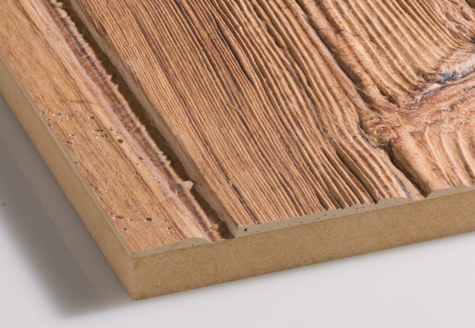 Dieses Wandpaneel in Altholzoptik basiert auf einer Hartfaserplatte als Trägermaterial. Foto: www.imi-beton.com