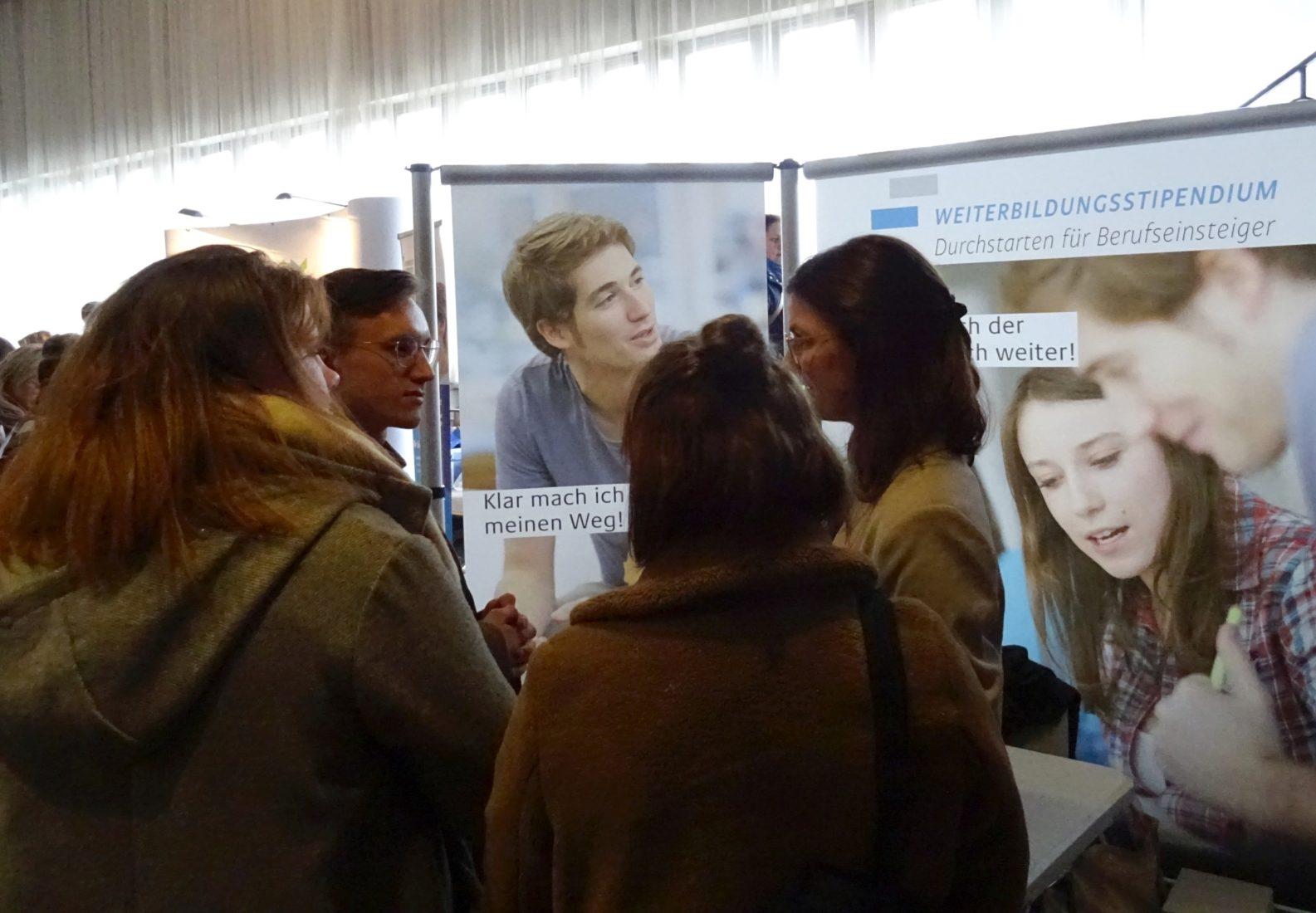 """Infostand zum Weiterbildungsstipendium beim """"Junge Pflege Kongress"""" in Erfurt. Foto: SBB"""