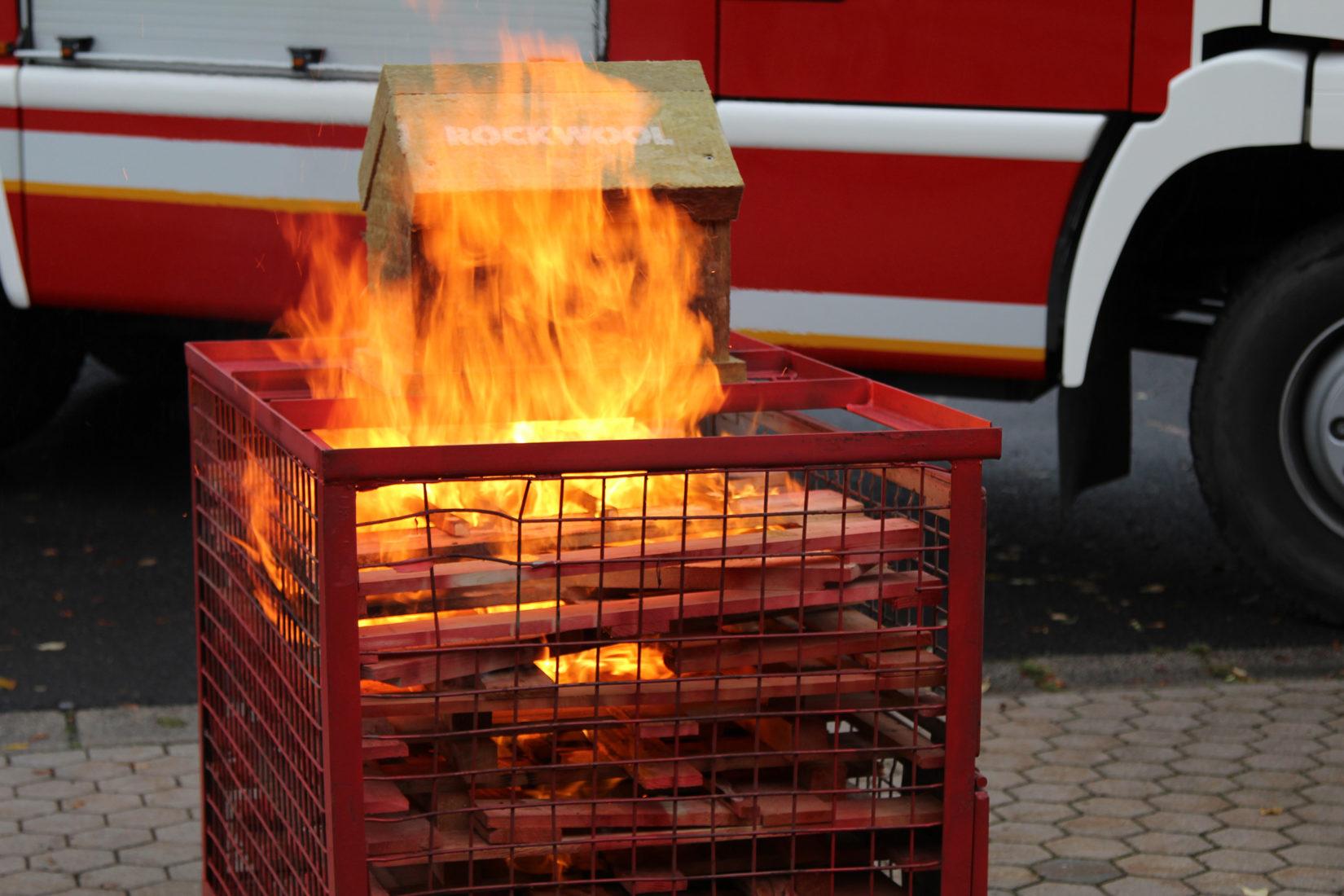15 Minuten war das Testhäuschen den Flammen ausgesetzt. Foto: Heck Wall Systems
