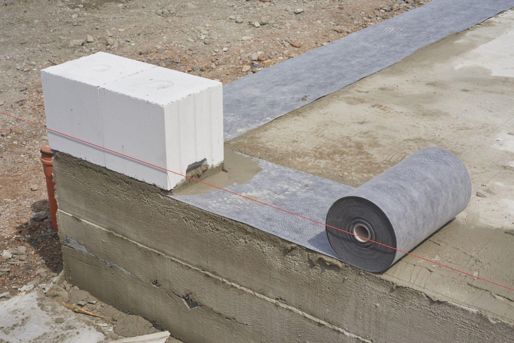 """""""Delta Protekt"""" ist eine vlieskaschierte, bitumenbeständige Mauerwerkssperre aus EVA-Kunststoff. Foto: Dörken"""