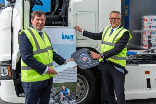 Für Knauf übernahm Christoph Dorn (r.) den symbolischen Lkw-Schlüssel aus den Händen von Scania-Mitarbeiter Stefan N. Ziegert. Foto: Knauf