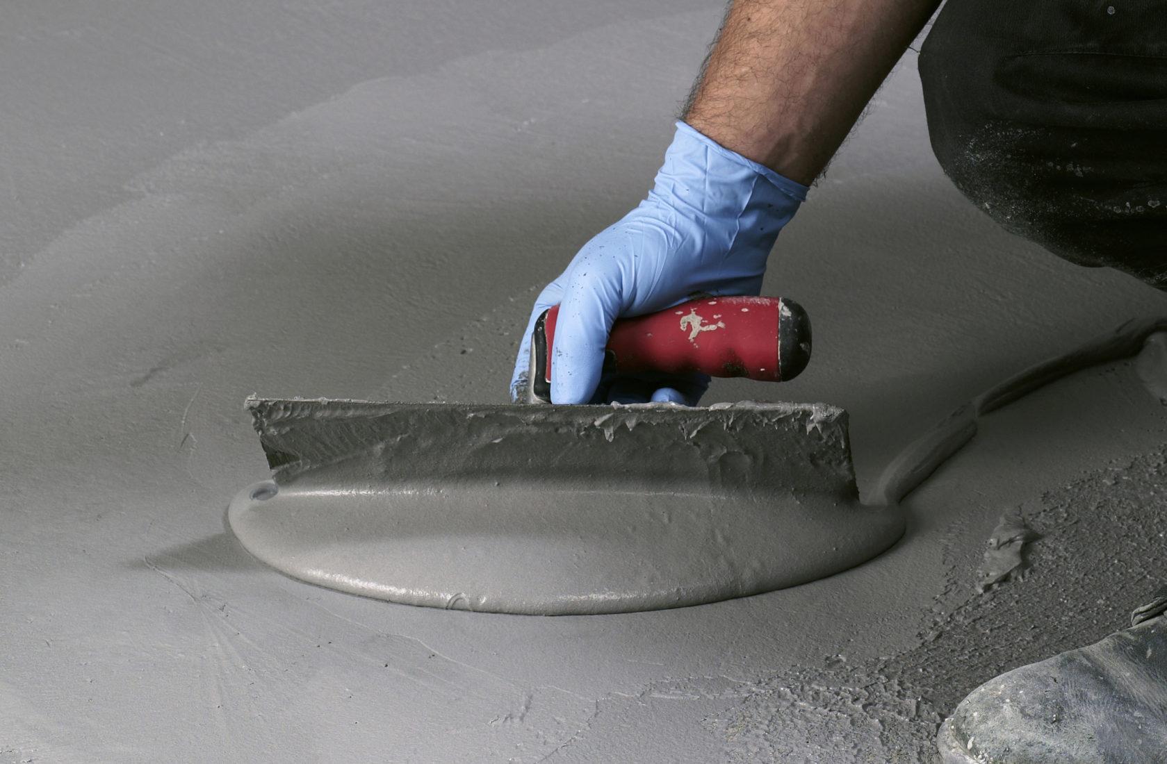 Dichtungsschlämmen werden auch am Boden verarbeitet – etwa unter Fliesen. Foto: PCI