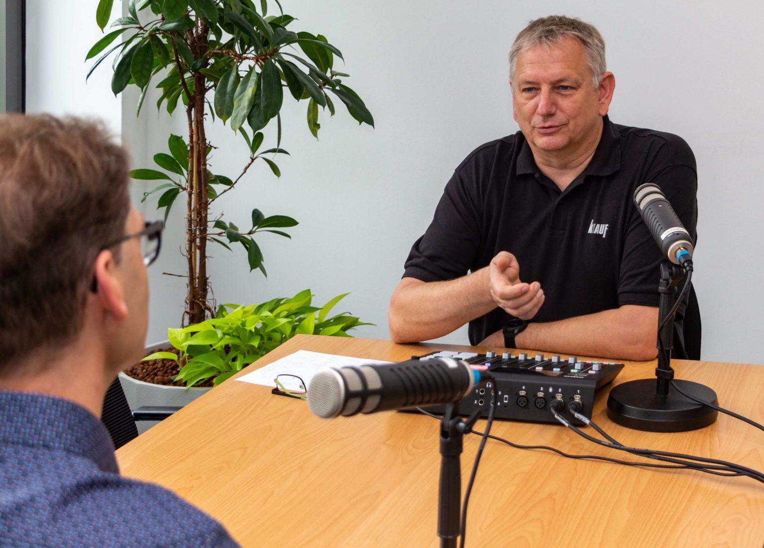 Bernd Liczewski (r.) ist als Moderator die wiederkehrende Stimme des Podcasts. Foto: Knauf