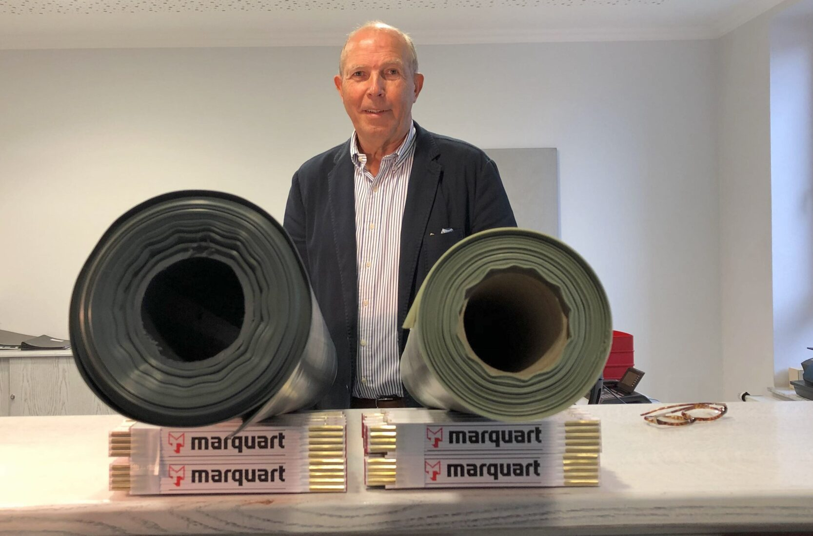 Erstaunlicher Dickenunterschied: Rolf-Christian Weder mit zwei 100-qm-Baufolienrollen. Foto: Marquart