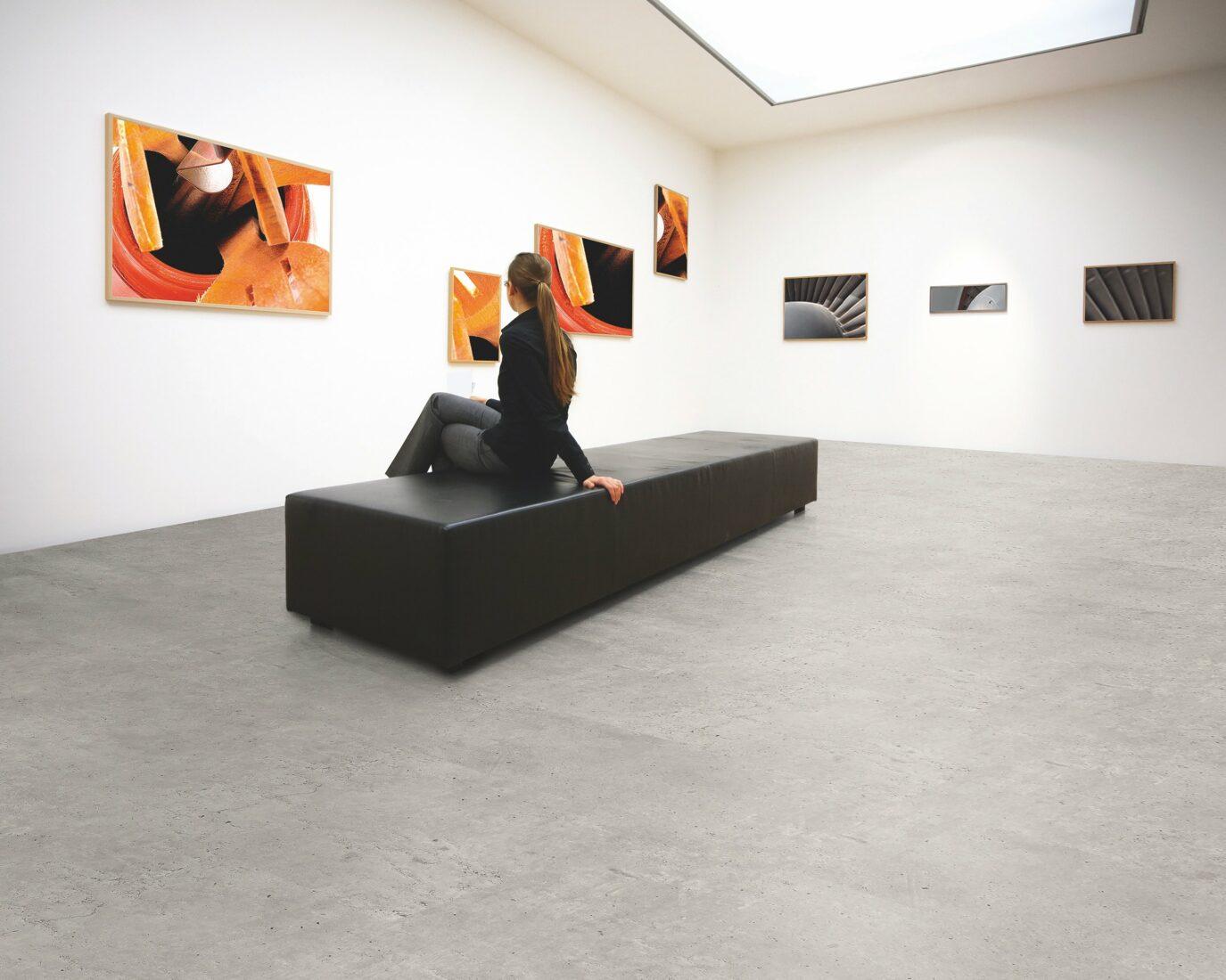 Digitaldruck macht es möglich: Designkorkboden in Betonoptik. Foto: www.ziro.de