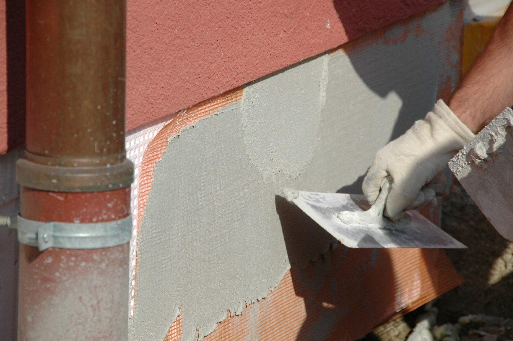 Gebäudesockel mit Dämmstoff, Armiergewebe und Putz. Foto: VDPM