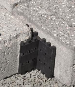 Diese Abstandhalter kann man sogar stapeln und somit an verschiedene Steinhöhen anpassen. Foto: Plattenfix