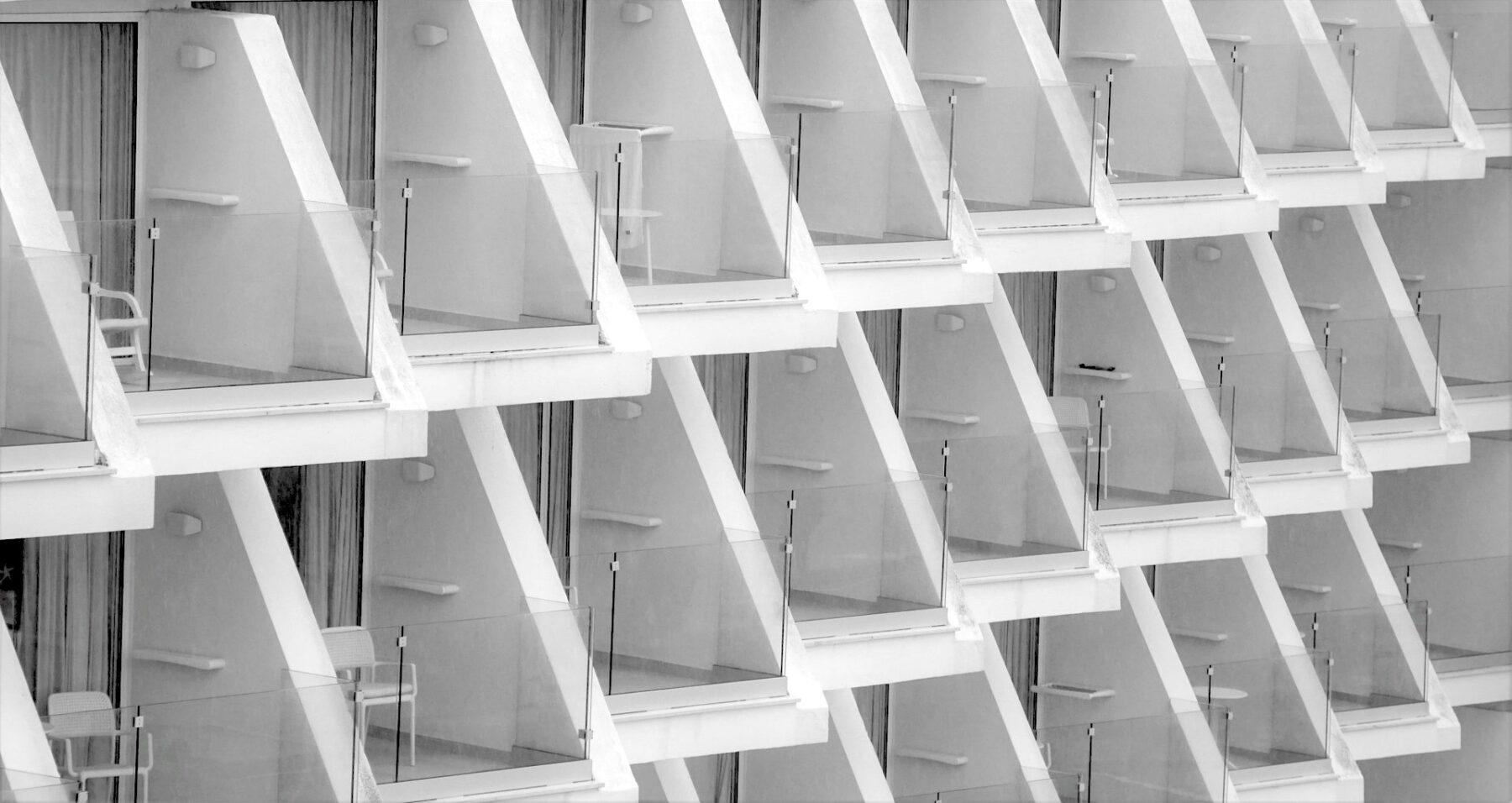 Glasgeländer garantieren optimalen Lichteinfall auch in ansonsten stark verschatteten Bereichen. Foto: Pixabay