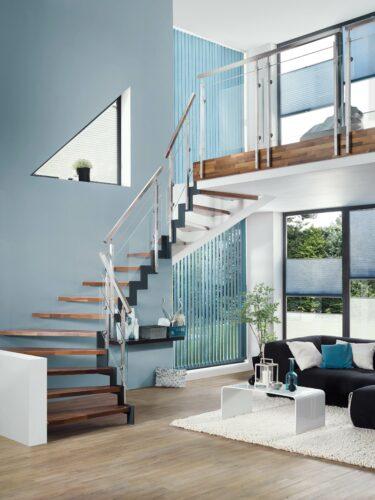 Bei Treppen, die zu einer Zimmerempore führen, bringen durchsichtige Geländer den ganzen Raum besser zur Geltung. Foto: Treppenmeister