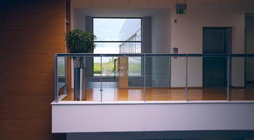 Geländer müssen je nach Bundesland und Einsatzstelle zwischen 90 und 110 cm hoch sein. Foto: Pixabay