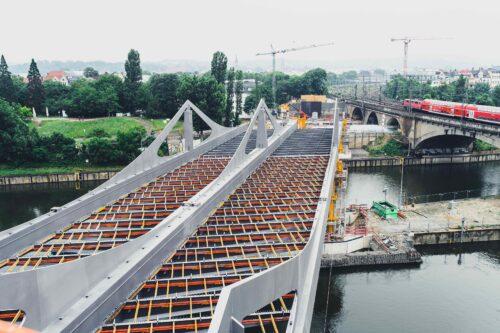 Die neue Neckarbrücke in Stuttgart-Bad Cannstatt wurde mit vier Schichten Korrosionsschutz behandelt. Foto: Sika Deutschland GmbH