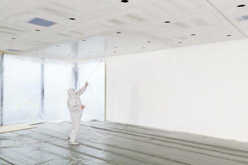 Die vollflächige Endbeschichtung bei Q4-Oberflächen ist mit dem Airless-Gerät besonders effektiv. Foto: Knauf