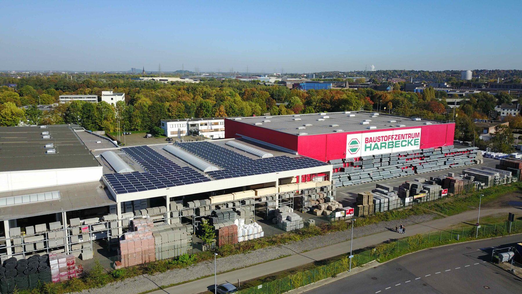 """Auch Photovoltaikmodule auf Lagergebäuden sind ein Baustein """"Grüner Logistik"""". Foto: Baustoffzentrum Harbecke"""