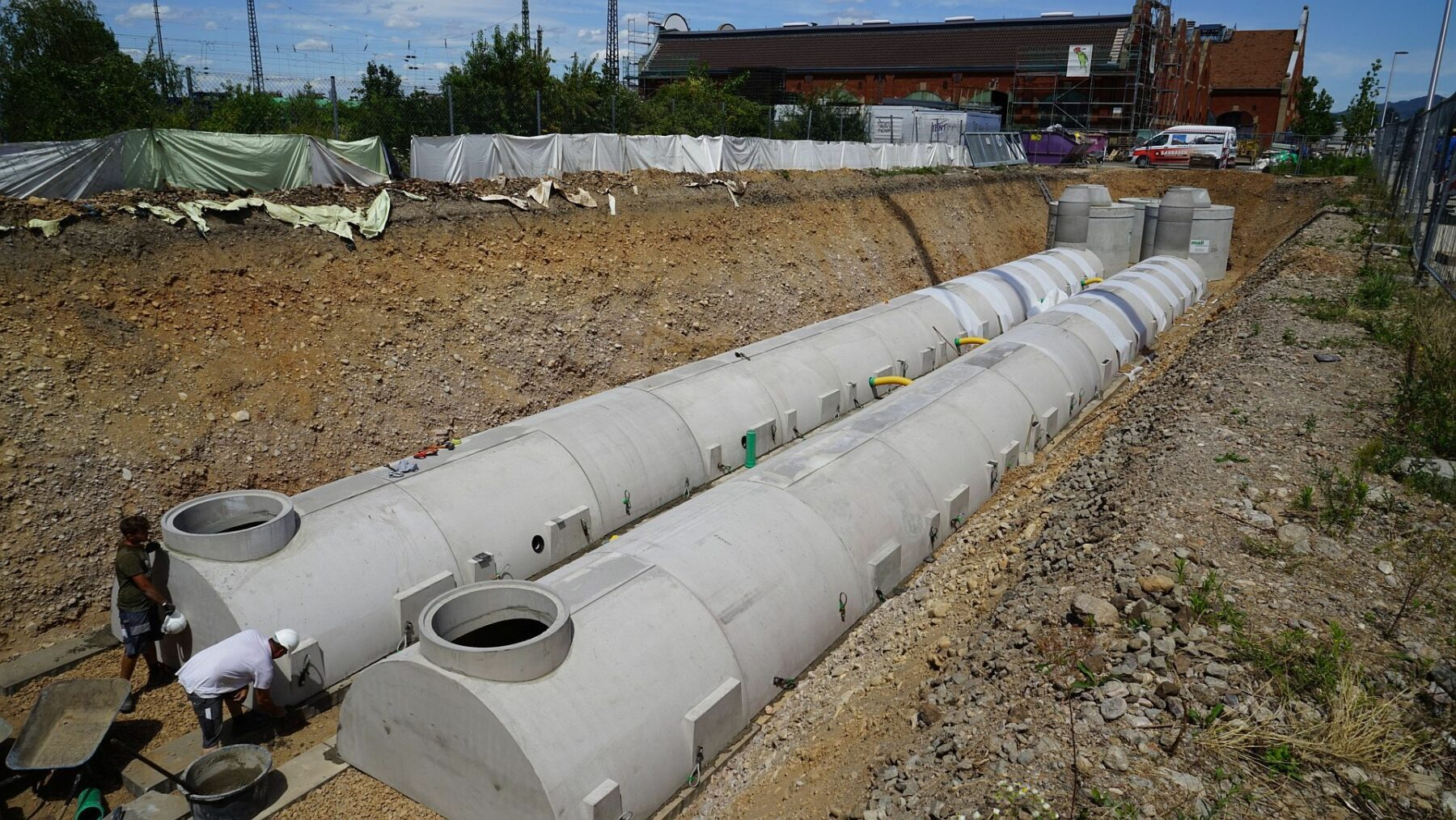Einbau von Beton-Sickertunneln unter Parkflächen der Lokhalle Freiburg. Foto: Mall GmbH